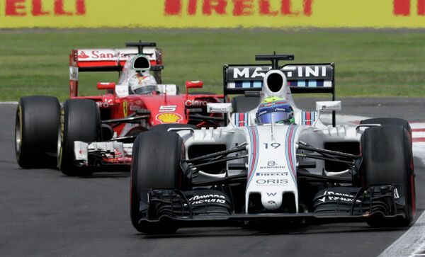 Пилот Уильямса Фелипе Масса (на первом плане) на дистанции Гран-при Мексики