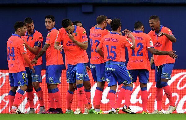 Футболисты Лас-Пальмаса радуются забитому мячу Кевиеа Принса-Боатенга (крайний справа)