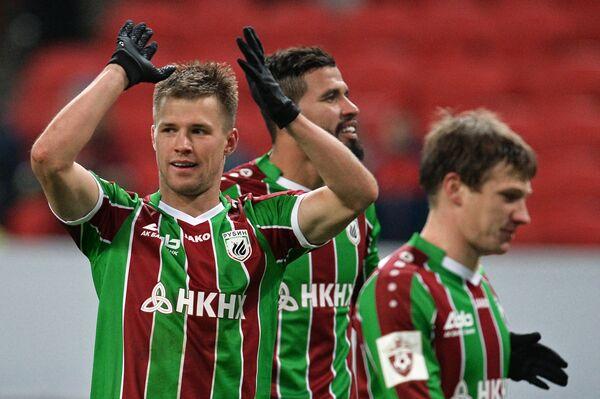 Футболисты Рубина Максим Канунников, Жонатас и Денис Ткачук (слева направо) радуются победе
