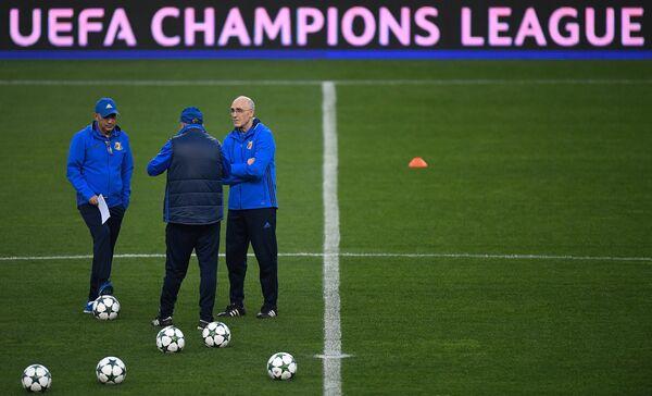 Вице-президент Ростова Курбан Бердыев (слева) и главный тренер ростовчан Иван Данильянц (справа) во время тренировки
