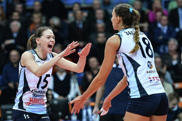 Игроки ЖВК Динамо-Казань Ирина Филиштинская (слева) и Элица Василева