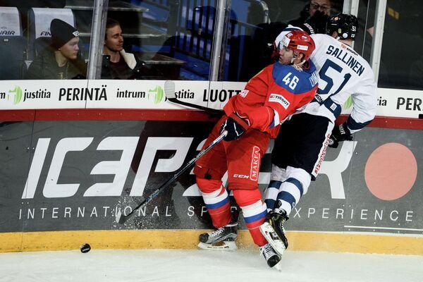 Защитник сборной России Илья Любушкин (слева) и нападающий сборной Финляндии Томи Саллинен