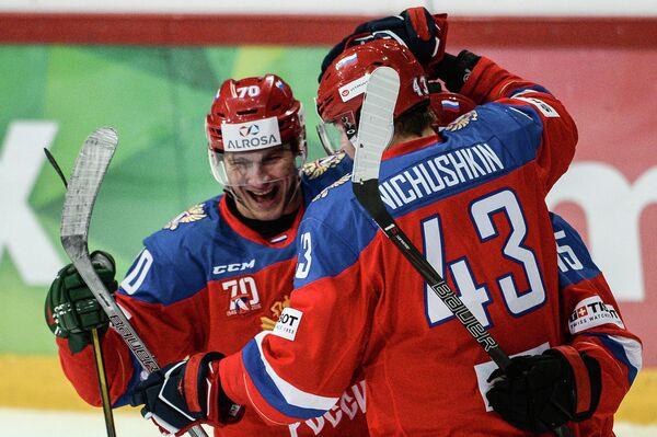 Нападающие сборной России Владимир Ткачёв (слева) и Валерий Ничушкин