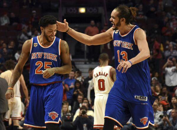 Баскетболисты Нью-Йорк Никс Жоаким Ноа и Деррик Роуз (справа налево)