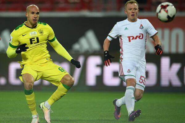 Полузащитник Анжи Габриэль Обертан (слева) и защитник Локомотива Ренат Янбаев