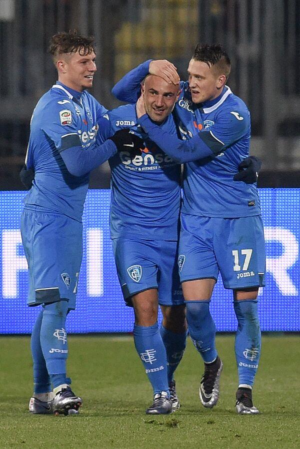 Футболисты Эмполи поздравляют с забитым мячом Массимо Маккароне (в центре)