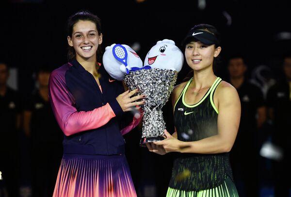 Турчанка Ипек Сойлу и китаянка Сюй Ифань после победы на теннисном турнире WTA Elite Trophy в Чжухае