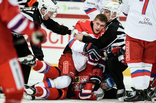 Защитник сборной России Андрей Миронов (в центре) и форвард сборной Чехии Томаш Филиппи