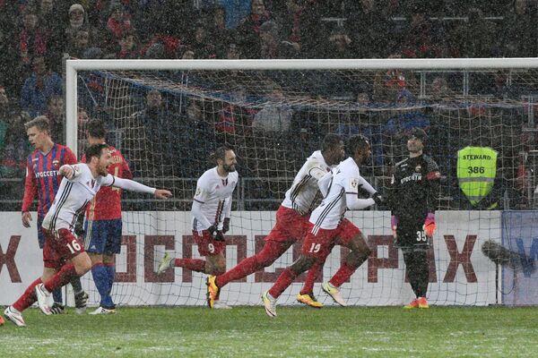 Игроки ФК Амкар радуются забитому голу