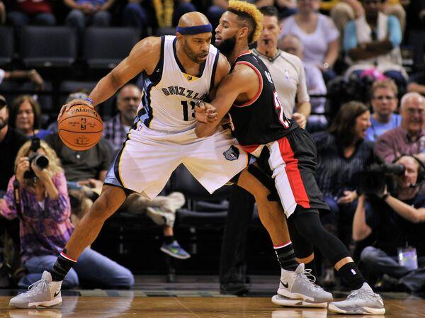 Форвард клуба НБА Мемфис Гриззлис Винс Картер и тяжелый форвард Портленд Трэйл Блэйзерс Аллен Крэбби (слева направо)