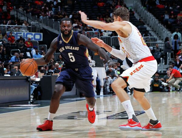 Американский баскетболист Лэнс Стивенсон (слева)