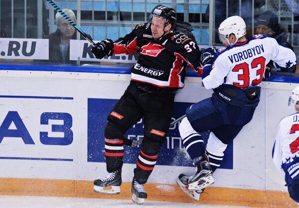Нападающий Авангарда Александр Пережогин (слева) и защитник Торпедо Кирилл Воробьёв