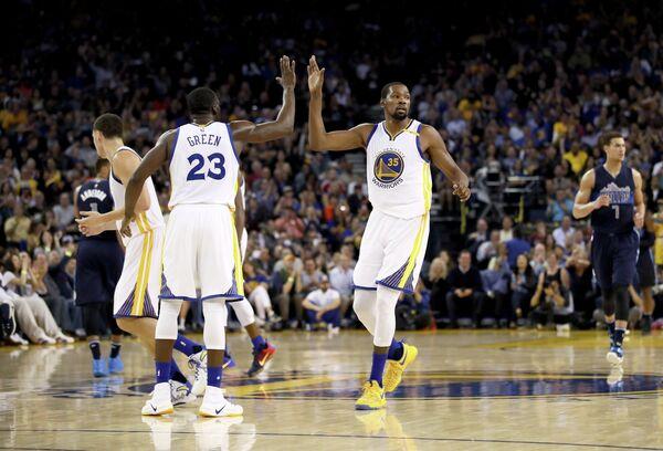 Баскетболисты Голден Стэйт Уорриорз Дрэймонд Грин и Кевин Дюрэнт (слева направо)