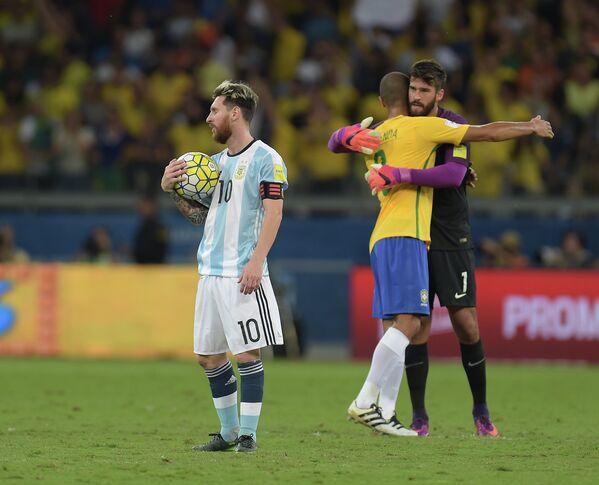 Нападающий сборной Аргентины Лионель Месси и футболисты сборной Бразилии защитник Жоао Миранда и вратарь Алиссон (слева направо)