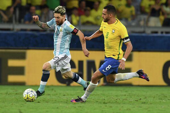 Нападающий сборной Аргентины Лионель Месси (слева) и полузащитник сборной Бразилии Ренато Аугусто