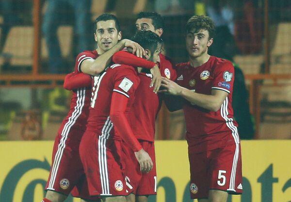 Футболисты сборной Армении радуются забитому мячу