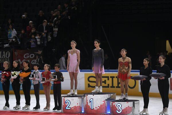 Призеры парижского этапа Гран-при по фигурному катанию: Мария Сотскова, Евгения Медведева и Вакаба Хигути (слева направо)