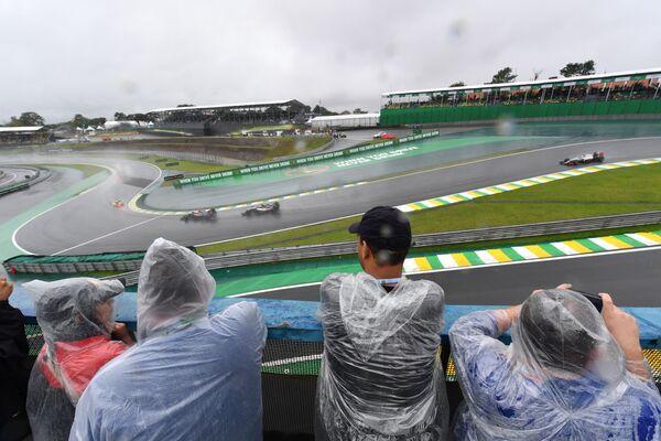 Гонщики на дистанции во время этапа Гран-при Бразилии