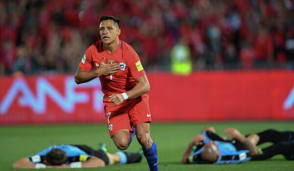 Нападающий сборной Чили по футболу Алексис Санчес (в центре) радуются забитому голу