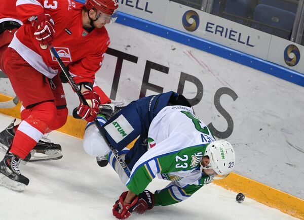 Защитник Спартака Юрий Сергиенко (слева) и нападающий Салавата Юлаева Дмитрий Мальцев