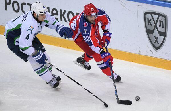 Защитник ХК Югра Павел Валентенко (слева) и форвард ХК ЦСКА Александр Попов
