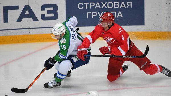 Нападающий Салавата Юлаева Максим Майоров (слева) и защитник Спартака Маркус Хёгстрём