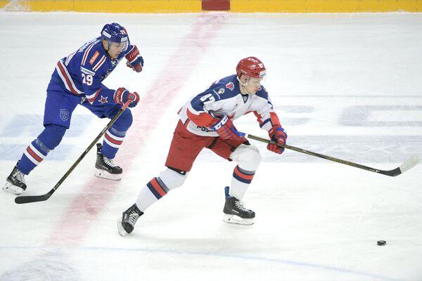 Нападающие ЦСКА Андрей Светлаков (справа) и СКА Илья Каблуков