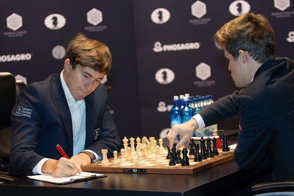 Слева направо: Сергей Карякин и Магнус Карлсен