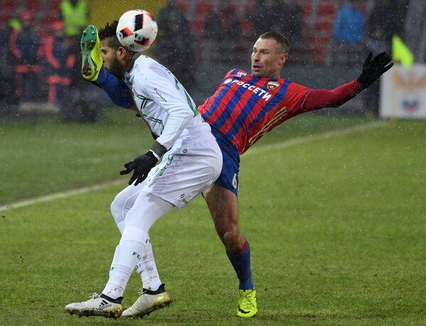 Нападающий Рубина Жонатас (слева) и защитник ЦСКА Алексей Березуцкий