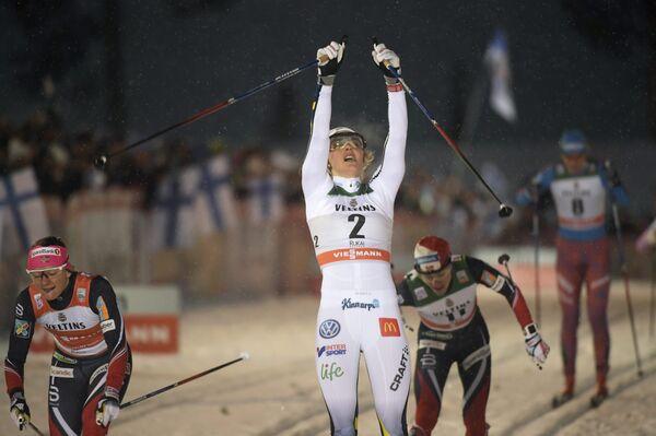Шведская лыжница Стина Нильссон (в центре)