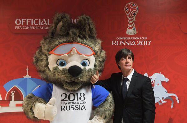 Йоахим Лёв (справа) и талисман чемпионата мира-2018 по футболу волк Забивака