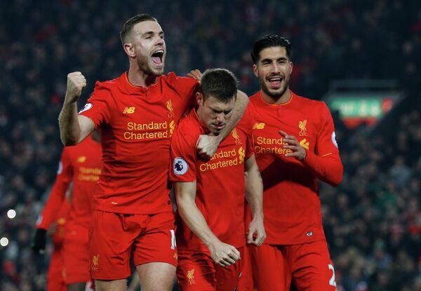 Футболисты Ливерпуля радуются забитому мячу Джеймса Милнера (в центре)