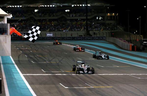 Победный финиш пилота Мерседеса Льюиса Хэмилтона (на первом плане) на Гран-при Абу-Даби