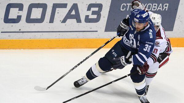Игрок Динамо (Москва) Яков Рылов (на первом плане)