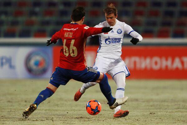 Полузащитник ЦСКА Бибрас Натхо (слева) и нападающий Оренбурга Павел Нехайчик