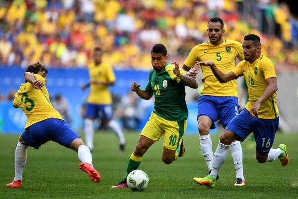 Полузащитник сборной Бразилии Тиагу Майя (справа)