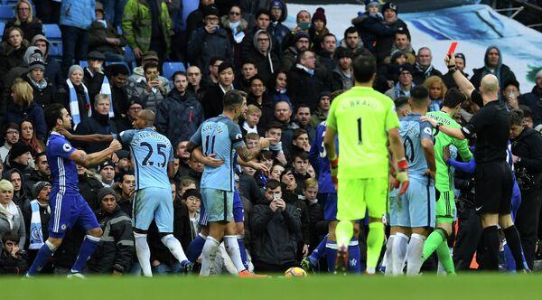 Судья показывает красную карточку нападающему Манчестер Сити Серхио Агуэро в матче против Челси