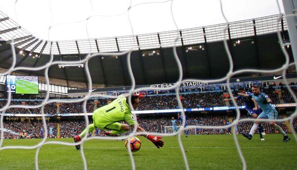 Нападающий Челси Диего Коста отправляет мяч в сетку ворот голкипера Манчестер Сити Клаудио Браво