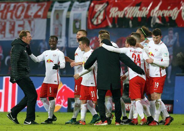 Главный тренер немецкого Лейпцига Ральф Хазенхюттль (слева) и игроки команды