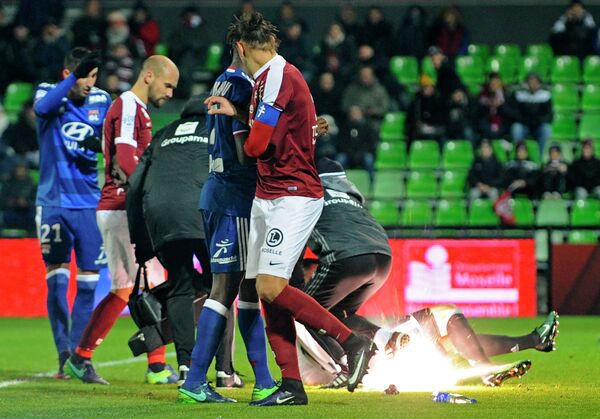 Эпизод с попаданием петарды во вратаря Лиона Антони Лопеша в матче чемпионата Франции по футболу с Мецом