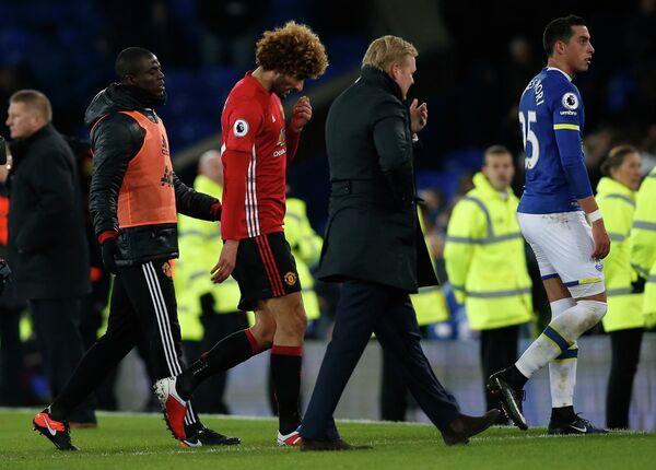 Полузащитник Манчестер Юнайтед Маруан Феллайни и главный тренер Эвертона Рональд Куман (в центре справа)