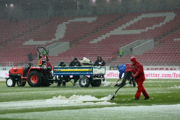 Уборка снега на стадионе Открытие Арена перед матчем ФК Спартак и ФК Рубин