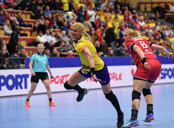Гандболистка сборной России Анна Сень (справа)