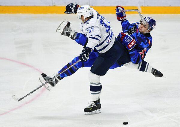 Защитник Динамо Мэт Робинсон (слева) и нападающий СКА Николай Прохоркин