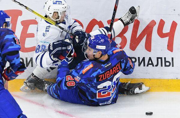 Нападающий Динамо Артём Фёдоров (слева) и защитник СКА Андрей Зубарев