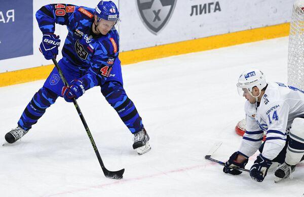 Нападающие СКА Евгений Кетов (слева) и Динамо Егор Дугин