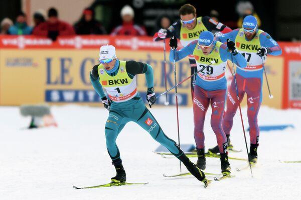 Российский лыжник Сергей Устюгов (на втором плане)
