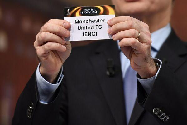Шарик с надписью Манчестер Юнайтед во время жеребьевки 1/16 финала Лиги Европы-2016/2017
