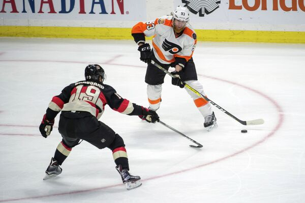 Нападающий клуба НХЛ  Филадельфия Флайерз Якуб Ворачек (справа)