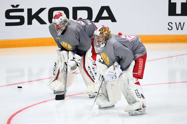 Вратари сборной России Игорь Шестёркин (слева) и Илья Сорокин